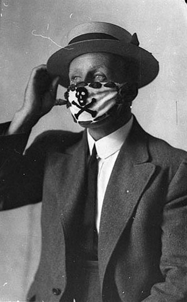 As with Covid-19 a century later, public officials in 1918 closed businesses and urged people to wear masks. (ATOMIC/ALAMY STOCK PHOTO)