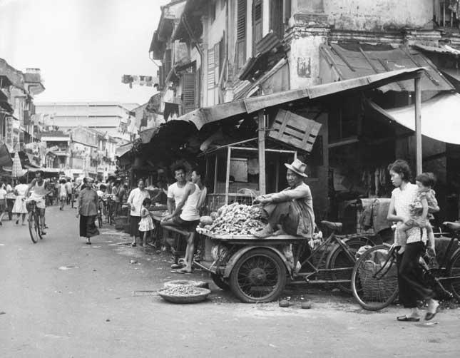 Bustling street in Singapore, 1962. (Photo by John Pratt/Keystone Features/Getty Images)