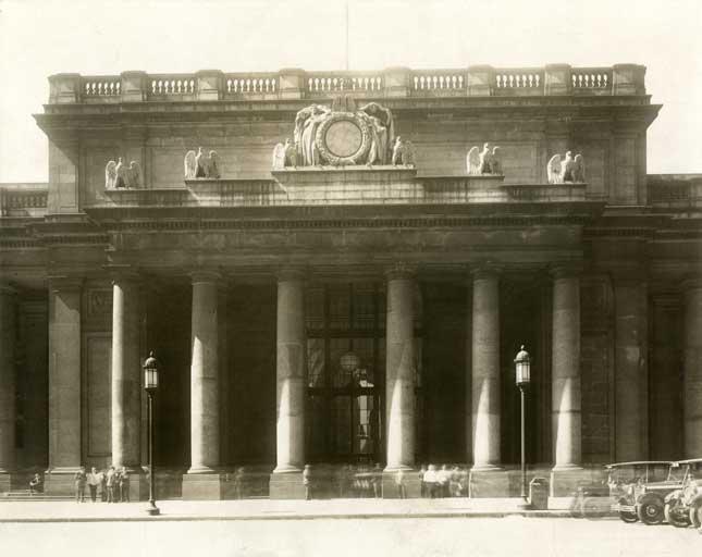 Main entrance, 1930 (COLLECTION OF THE NEW-YORK HISTORICAL SOCIETY, USA / BRIDGEMAN IMAGES (2))