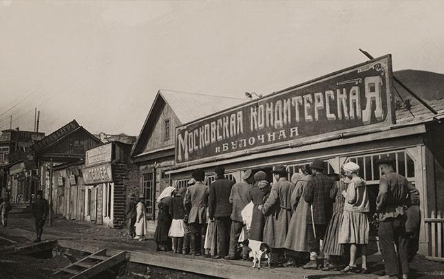 Hunger makes one single-minded: a Soviet-era breadline (GRANGER)