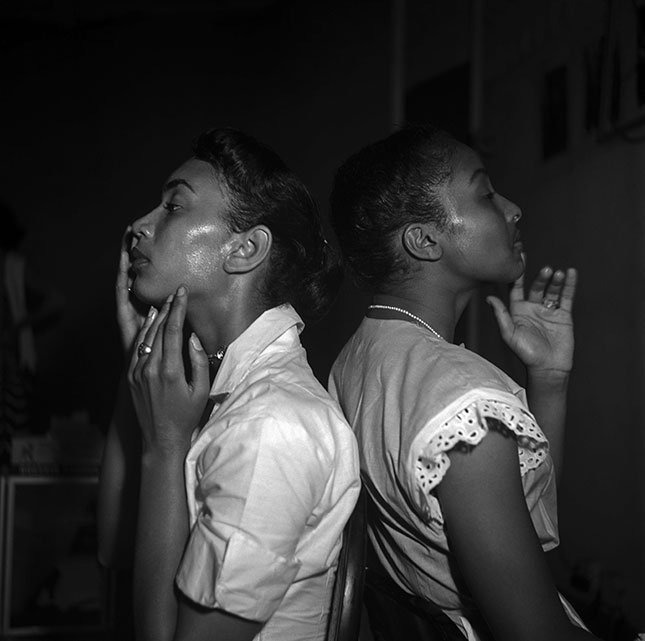 Two young models backstage at Abyssinian Church, Harlem,1950 (© EVE ARNOLD/MAGNUM PHOTOS)